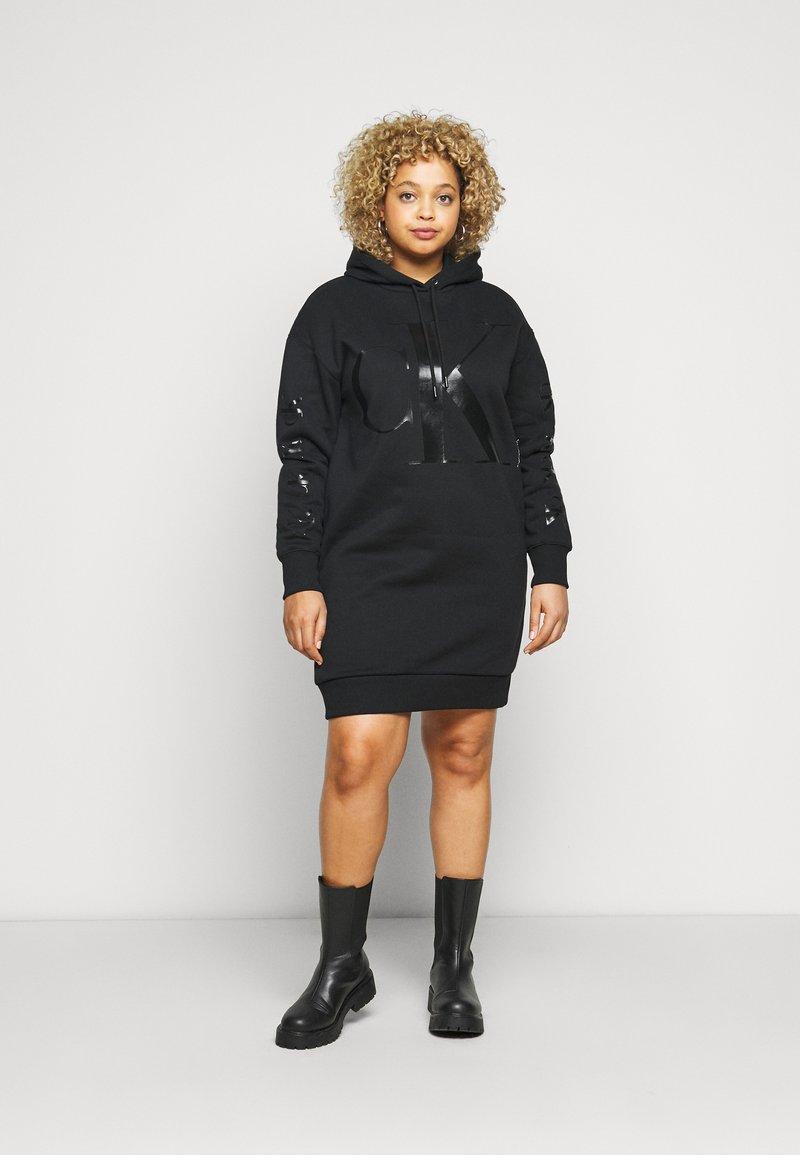 Calvin Klein Jeans Plus - ECOCK LOGO HOODIE DRESS - Day dress - black