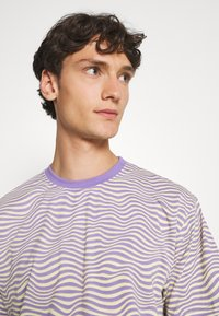 Vintage Supply - STRIPE TEE - Print T-shirt - purple - 3
