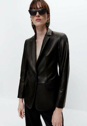 MIT EINKNOPFVERSCHLUSS - Leather jacket - black