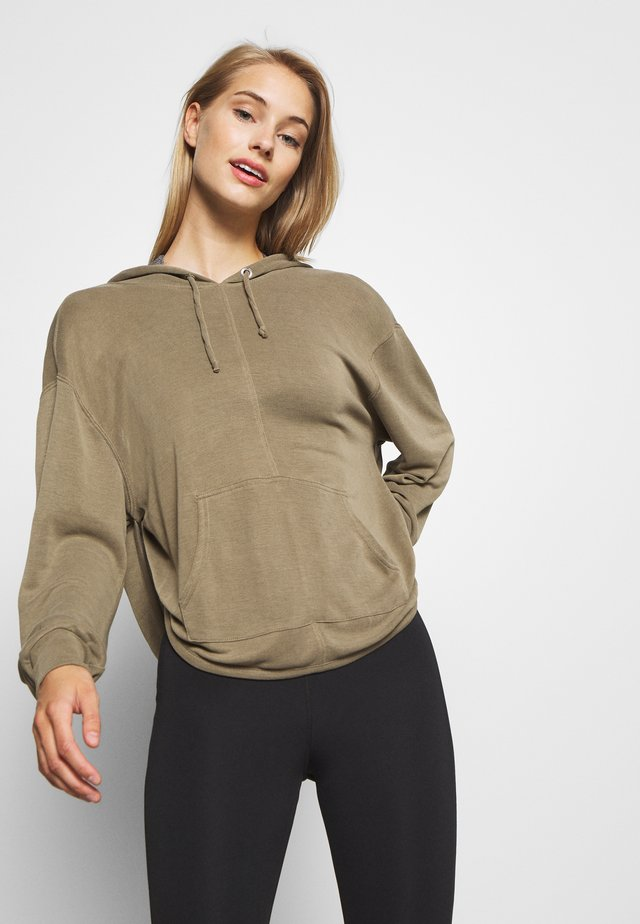 BACK INTO IT HOODIE - Bluza z kapturem - army