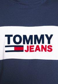 Tommy Jeans - PIECED BAND LOGO TEE - T-shirt z nadrukiem - twilight navy - 5