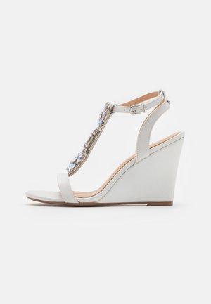 LIZZIE WEDGE - Sandály na vysokém podpatku - white