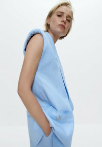 Uterqüe - MIT SCHULTERPOLSTERN  - Waistcoat - light blue - 4