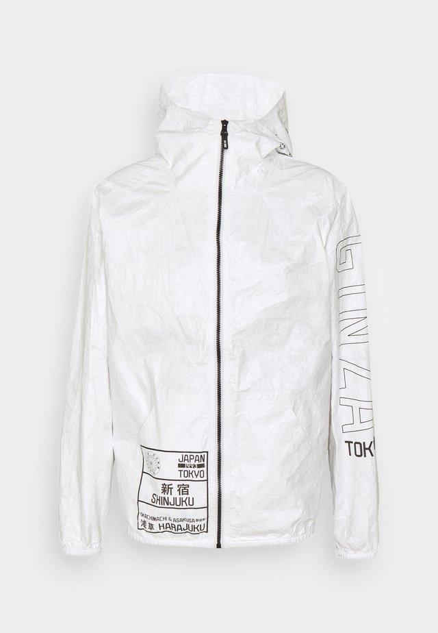RICHARDS - Lehká bunda - optical white