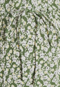 Pieces Maternity - PCMLUA MIDI DRESS - Maxi dress - garden green - 2