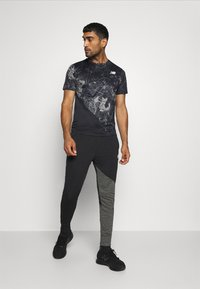 New Balance - PRINTED VELOCITY - T-shirt med print - black - 1