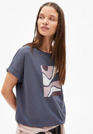 IDAA SOFT HILLS - Print T-shirt - indigo
