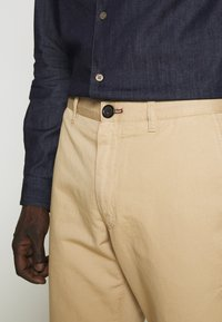 PS Paul Smith - MENS MID FIT STITCHED CHINO - Chinos - camel - 5