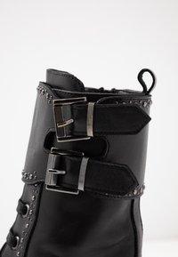 UMA PARKER - Botas con plataforma - foulard nero - 2