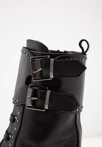UMA PARKER - Platform boots - foulard nero - 2