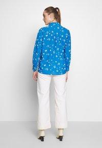 Whistles - WATERCOLOUR ANIMAL BLOUSE - Camisa - blue/multi - 2