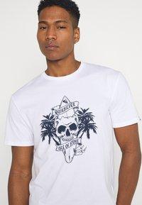 Quiksilver - NIGHT SURFER - Print T-shirt - white - 3