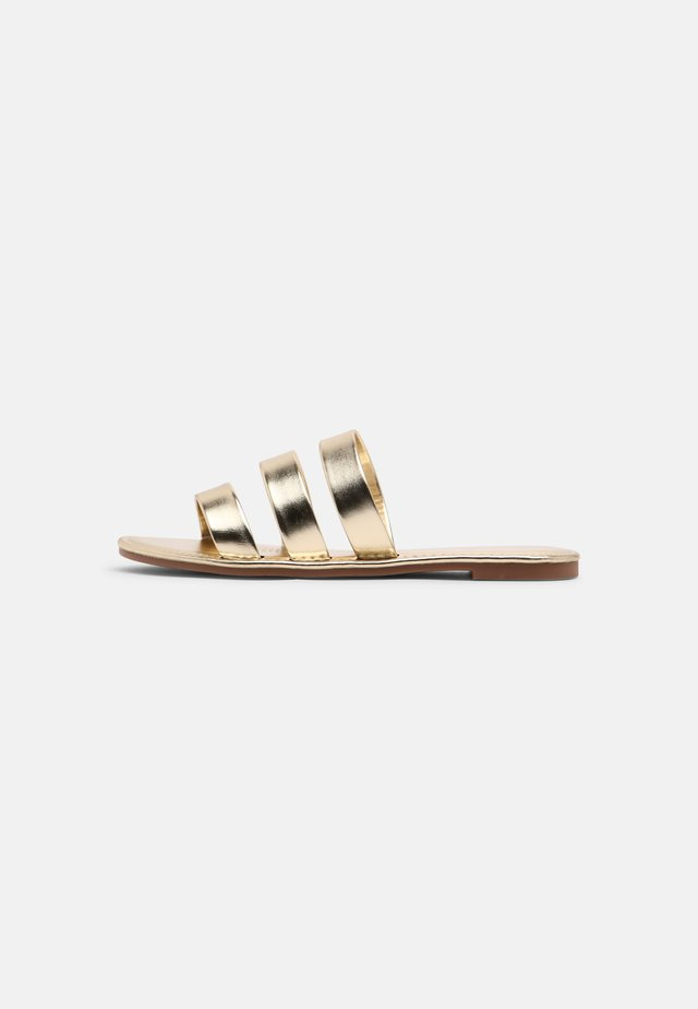 EVERYDAY GRACE TRIPLE STRAP SLIDE - Muiltjes - gold metallic