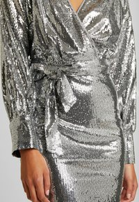 Missguided - SEQUIN PLUNGE BELTED MINI DRESS - Juhlamekko - silver - 6