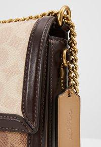 Coach - SIGNATURE BLOCK HUTTON SHOULDER BAG - Handtasche - tan/sand - 5
