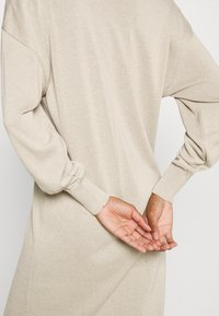 NU-IN - NU-IN X JANA´S DIARY V-NECK MIDI DRESS - Gebreide jurk - beige - 3
