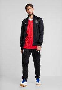 adidas Performance - MUFC ICONS TEE - Klubbkläder - real red - 1