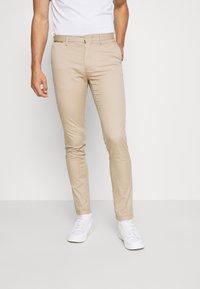 Tommy Hilfiger - BLEECKER FLEX SOFT  - Trousers - beige - 0