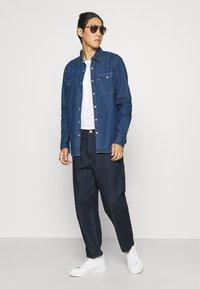 Levi's® - BARSTOW WESTERN STANDARD - Shirt - lowdip denim rinse - 1