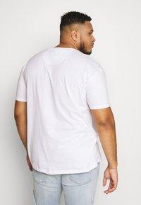 Common Kollectiv - PLUS BOX FIT FLASH TEE - T-shirt basic - white - 2