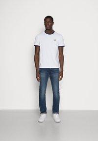 Lyle & Scott - RINGER TEE - T-shirt - bas - white/navy - 1