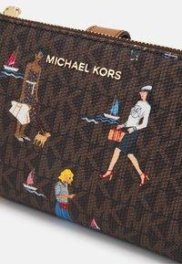 MICHAEL Michael Kors - JET SET WRISTLET - Peněženka - brown/multi - 6