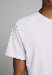 Jack & Jones - JJECURVED TEE O NECK - Camiseta básica - white - 4
