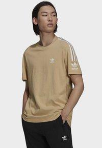 adidas Originals - T-shirt med print - beige - 0