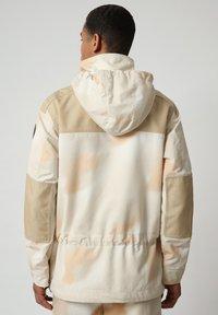 Napapijri - SKIDOO AIRBRUSH CAMO - Summer jacket - beige camou - 2