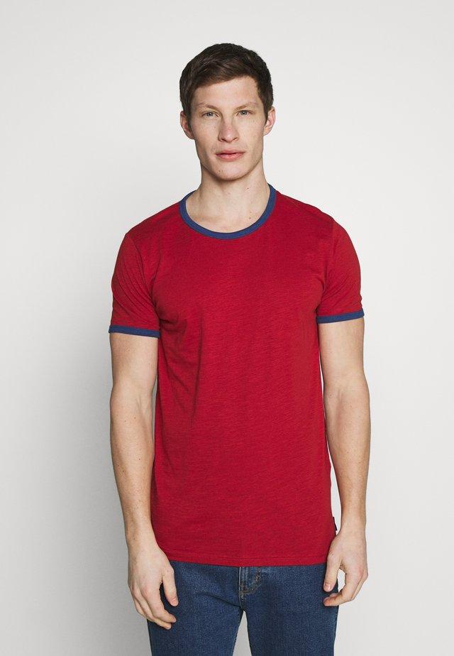 CONTRAST BASIC PLUS - Camiseta básica - rot