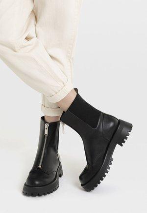 MIT REISSVERSCHLUSS UND PROFILSOHLE - Støvletter - black