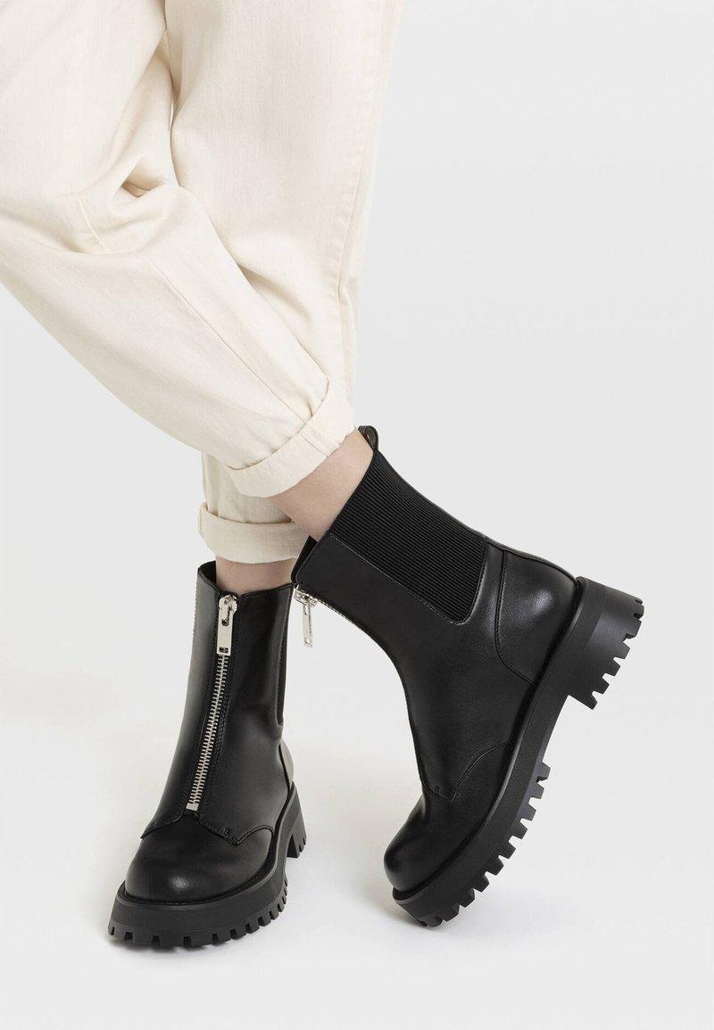 Stradivarius - MIT REISSVERSCHLUSS UND PROFILSOHLE - Classic ankle boots - black