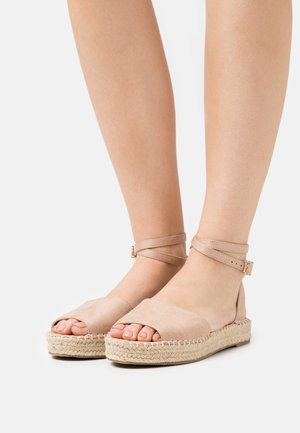 KAIRA - Sandaalit nilkkaremmillä - nude