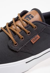 Etnies - JAMESON ECO - Skateboardové boty - navy/tan/white - 5