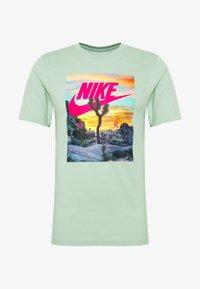 Nike Sportswear - TEE FESTIVAL PHOTO - T-shirt med print - pistachio frost - 0