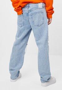 Bershka - MIT RISSEN - Jeans Straight Leg - blue denim - 2