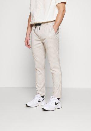 STONE STRIPE WHYATT - Teplákové kalhoty - stone