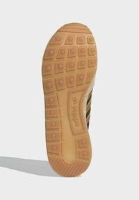 adidas Originals - ZX 500 UNISEX - Trainers - hazy beige mesa brown - 4