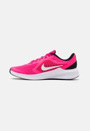 DOWNSHIFTER - Chaussures de running neutres - hyper pink/white/black