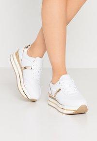 Guess - DAFNEE - Sneakersy niskie - white - 0