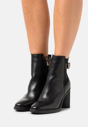 MONOGRAM HARDWARE BOOT - Kotníkové boty - black