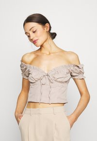 NA-KD - OFF SHOULDER CUP - Svetr - light beige - 0