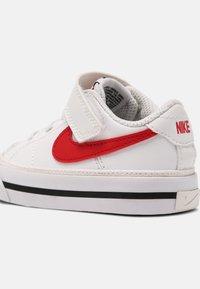 Nike Sportswear - COURT LEGACY UNISEX - Tenisky - white/red/black - 6