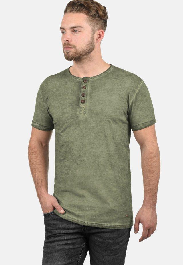 RUNDHALSSHIRT TIHN - Basic T-shirt - aloe