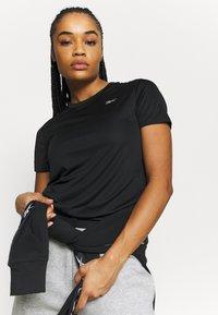 Reebok - RUN ESSENTIALS T-SHIRT - T-shirt de sport - black - 3
