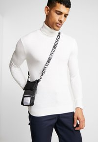 HXTN Supply - PRIME SHOULDER POUCH - Across body bag - black - 1
