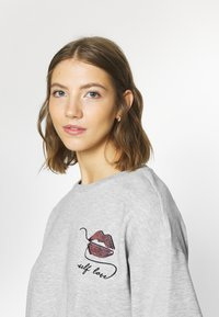 ONLY - ONLZITA LIFE SHORT LIPS BOX - Sweatshirt - light grey melange - 3