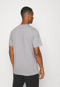 adidas Originals - TREFOIL T-SHIRT ORIGINALS ADICOLOR - T-shirt med print - medium grey heather/white - 2