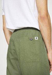 Anerkjendt - AKJOHN PANT - Trousers - olivine - 6