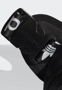 adidas Originals - SLING BAG UNISEX - Taška spříčným popruhem - black/white - 3